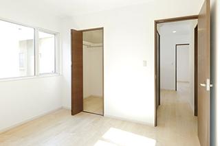 収納スペースもある2階ホールは、その時々に合わせたフリースペースに。