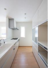タッチレス水栓や食洗機などを備えたキッチン